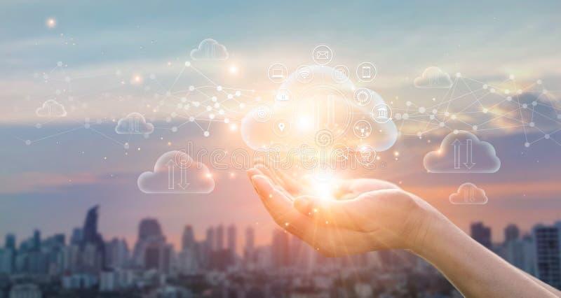 Concetto di calcolo della nube Tenuta delle mani dello scambio protetto di dati sulla citt? di tramonto immagine stock libera da diritti