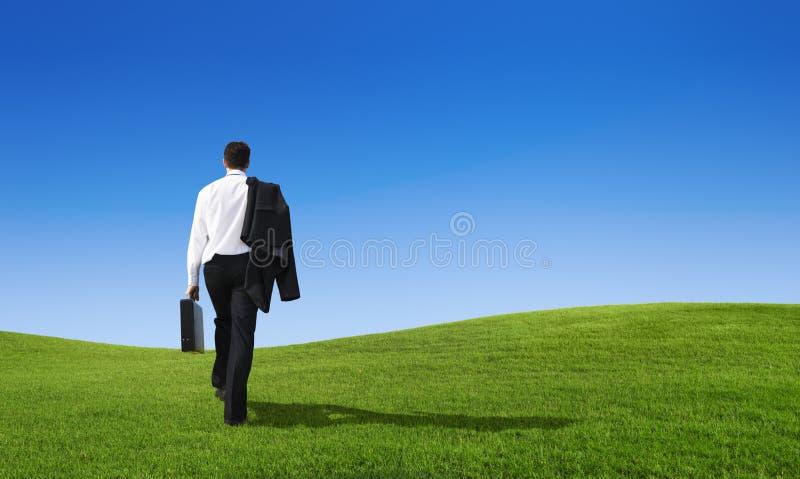 Concetto di camminata di futuro di sforzo della collina dell'uomo d'affari fotografia stock
