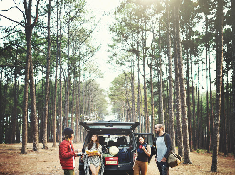 Concetto di campeggio di viaggio della destinazione del ritrovo di amicizia della gente immagini stock libere da diritti