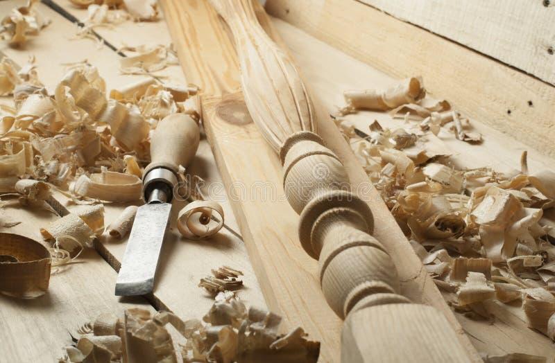 Concetto di carpenteria Posto di lavoro del carpentiere del falegname Strumenti della costruzione sulla tavola di legno con lo sp fotografia stock