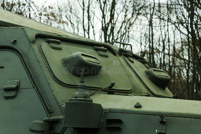 Concetto di cecità militare con coperchi chiusi di un veicolo blindato della seconda guerra mondiale fotografia stock