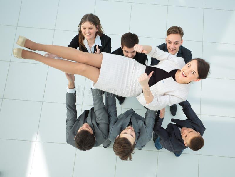 Concetto di celebrazione del successo gruppo felice che sorride, shak di affari fotografie stock