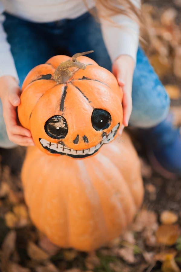 Concetto di celebrazione di Halloween Ragazza con le zucche, le razioni, i cocktail durante la fine di Halloween su e lo spazio d fotografie stock libere da diritti