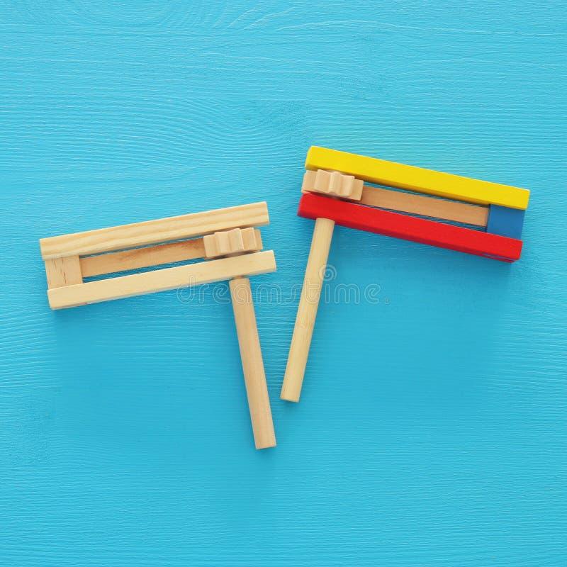 Concetto di celebrazione di Purim & x28; holiday& ebreo x29 di carnevale; Vista superiore del giocattolo tradizionale del creator immagine stock libera da diritti