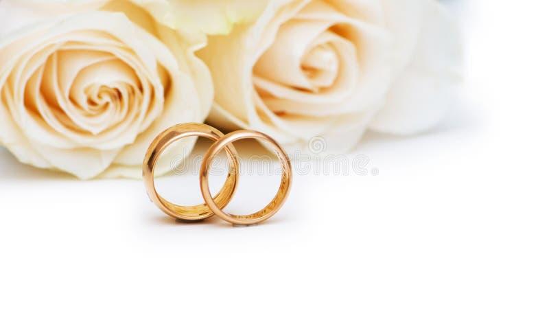 Concetto di cerimonia nuziale con le rose e gli anelli fotografia stock libera da diritti