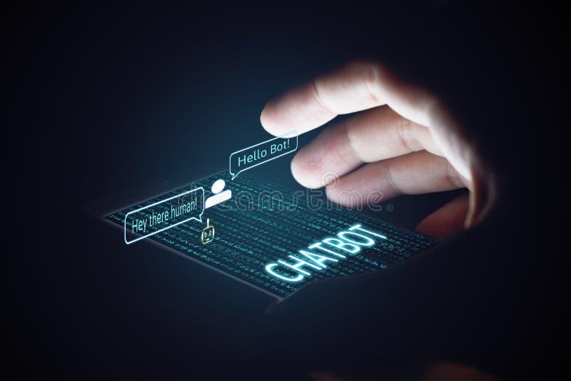 Concetto di Chatbot Smartphone della tenuta dell'uomo ed usando chiacchierata immagini stock libere da diritti