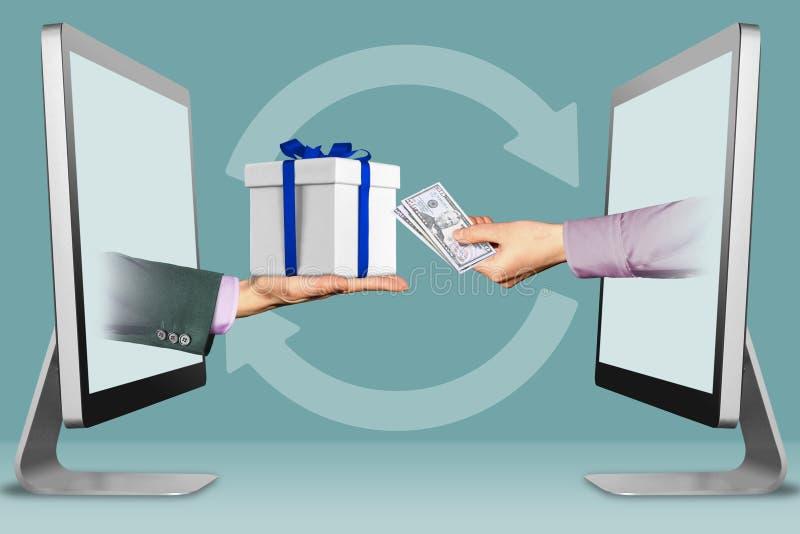 Concetto di commercio elettronico, due mani dai computer portatili mano con il contenitore di regalo e mano con denaro contante i royalty illustrazione gratis