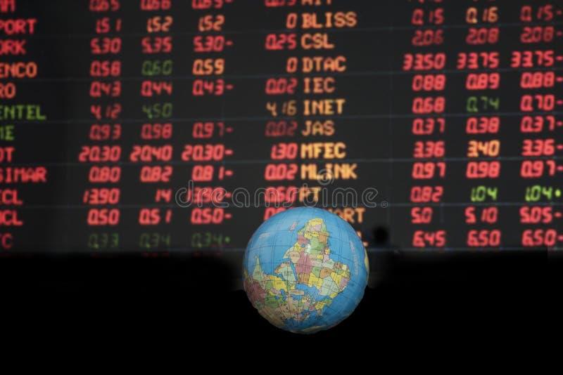 Concetto di commercio di valuta con i simboli che muovono intorno pianeta Terra fotografia stock libera da diritti