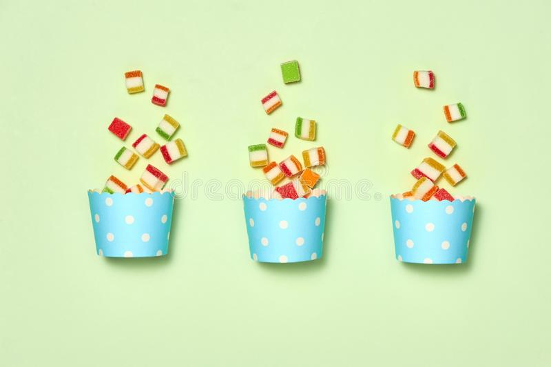 Concetto di compleanno - vista superiore vario Candy dolce di festa su fondo bianco Decorazione di divertimento Concetto minimo d fotografie stock