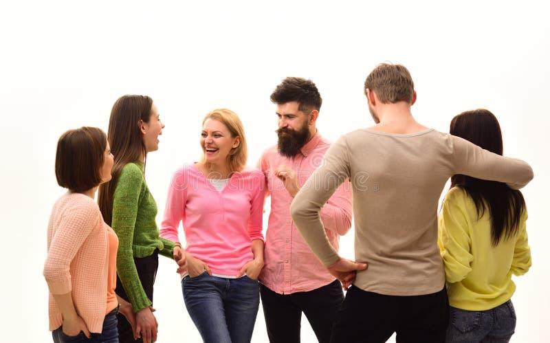 Concetto di comunicazione Gioventù, amici e parlare delle coppie I giovani spendono insieme lo svago, società allegra appendono fotografie stock libere da diritti
