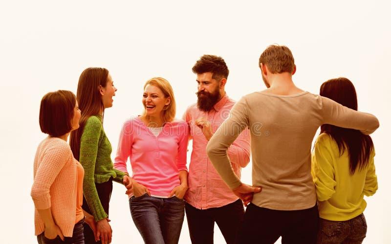 Concetto di comunicazione Gioventù, amici e parlare delle coppie I giovani spendono insieme lo svago, società allegra appendono fotografia stock