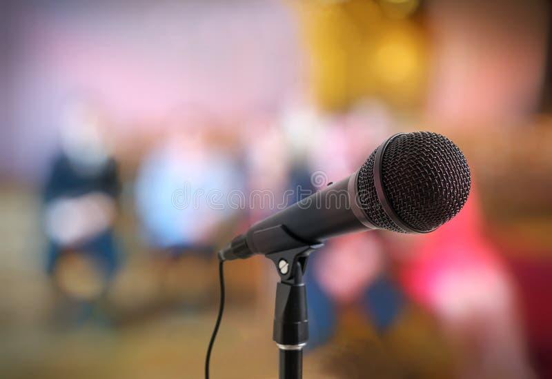 Concetto di conferenza o di discorso Microfono sul supporto davanti al pubblico immagine stock libera da diritti
