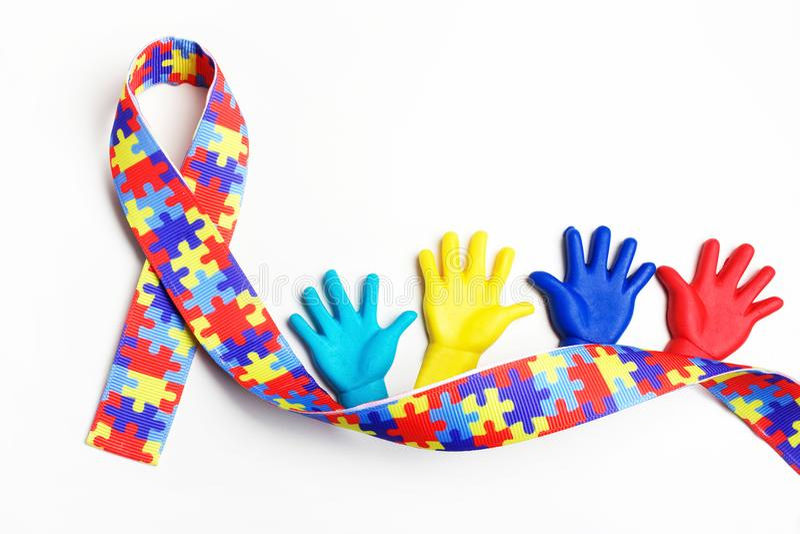 Concetto di consapevolezza di autismo con le mani variopinte su fondo bianco Vista superiore fotografia stock