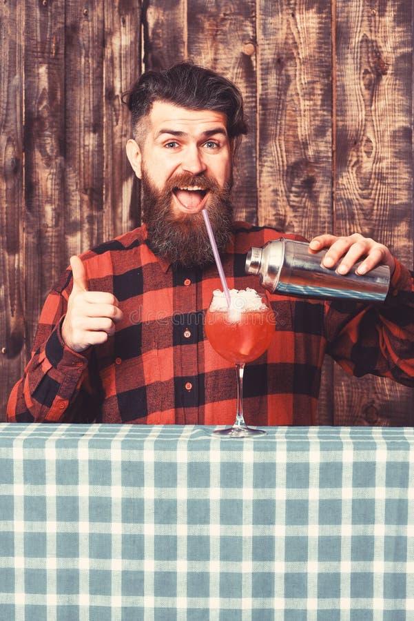 Concetto di consiglio del barista Barista con la barba ed il fronte allegro fotografie stock libere da diritti