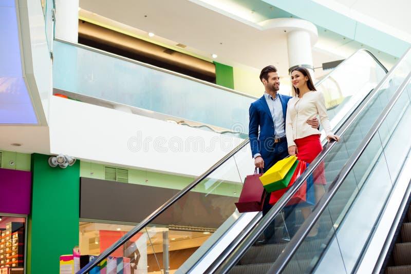 Concetto di consumismo, della vendita e della gente Bello felice alla moda immagini stock