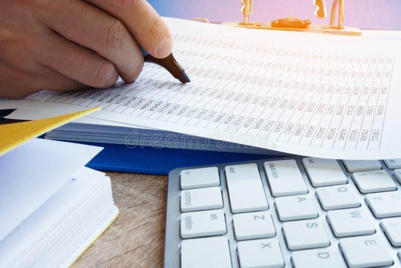 Concetto di contabilità Il ragioniere cheking i documenti di affari fotografia stock