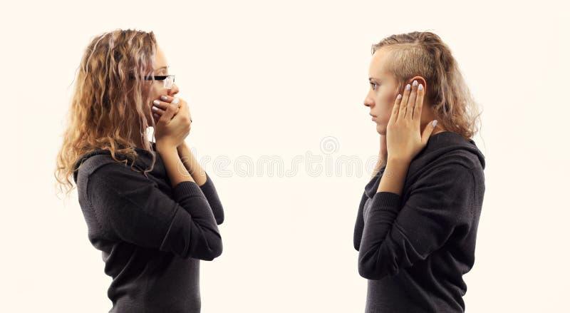Concetto di conversazione di auto Giovane donna che parla con se stessa, mostrando i gesti Doppio ritratto da due viste laterali  immagine stock