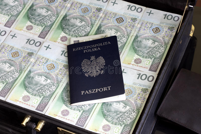 Concetto di corruzione dei soldi del passaporto e della lucidatura della valigia immagine stock libera da diritti