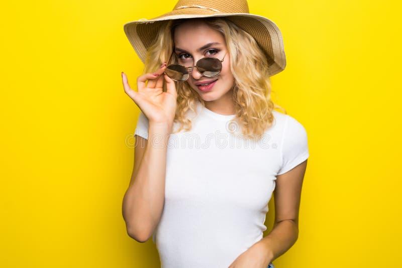 concetto di corsa Giovane bella ragazza attraente del ritratto con il cappello d'avanguardia e sunglass che sorridono sul fondo g immagine stock libera da diritti