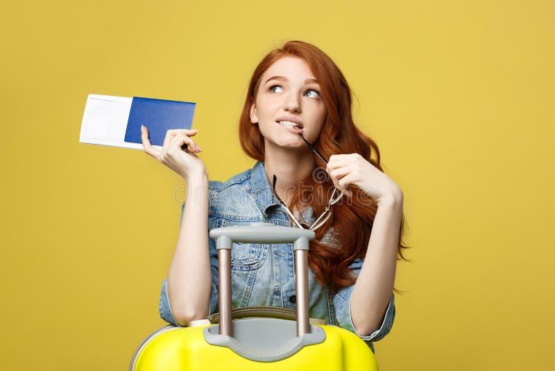 concetto di corsa Ritratto dello studio del passaporto grazioso della tenuta della giovane donna e vetro con la valigia ed il pen immagine stock