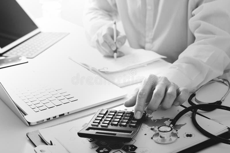 Concetto di costi e delle tasse di sanità La mano di medico astuto ha usato un Ca immagine stock libera da diritti