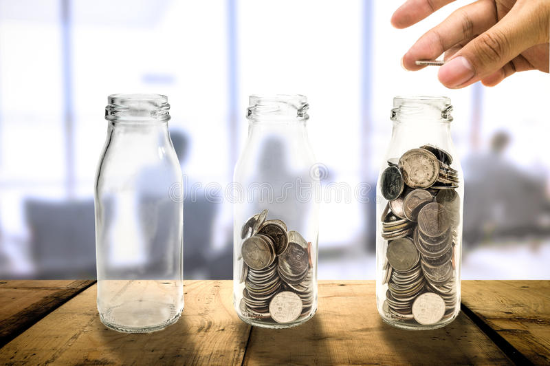 Concetto di crescita di investimento aziendale bello che raccoglie le monete dentro immagini stock