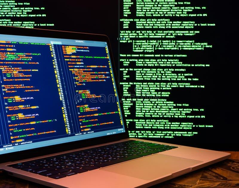 Concetto di crimine informatico, pirata informatico che viola server, vista laterale Attacco cyber di Anonymus fotografia stock libera da diritti