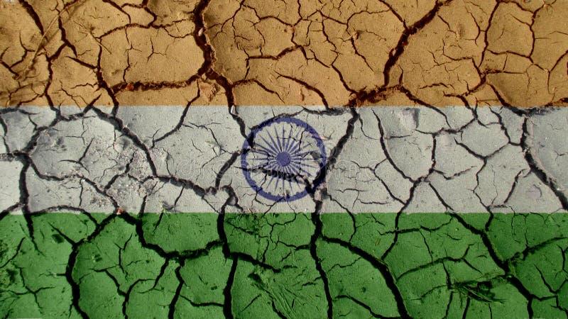 Concetto di crisi politica: Crepe del fango con la bandiera dell'India fotografia stock libera da diritti