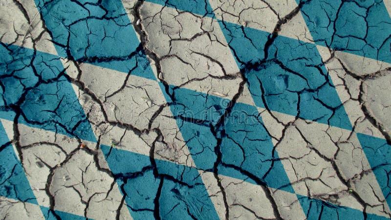 Concetto di crisi politica: Crepe del fango con la bandiera della Baviera fotografia stock
