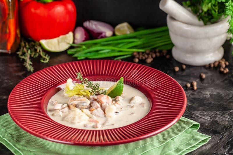Concetto di cucina americana Minestra di patate della zuppa di molluschi e latte con i frutti di mare, cozze, salmone Minestra de fotografia stock libera da diritti