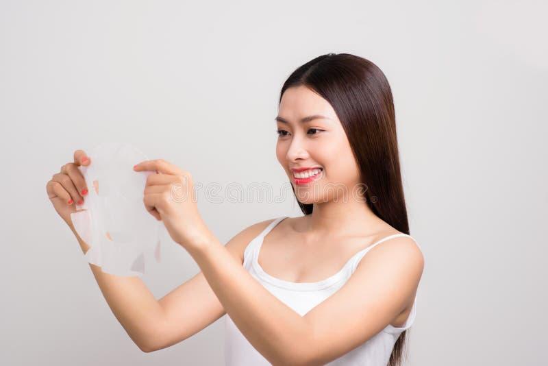 Concetto di cura di pelle di bellezza - bella donna caucasica che applica PA fotografie stock libere da diritti
