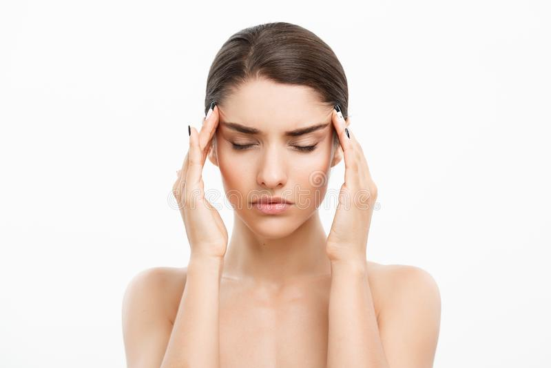 Concetto di cura di pelle di bellezza - bello ritratto caucasico del fronte della donna Giovane contatto di modello femminile del fotografia stock libera da diritti