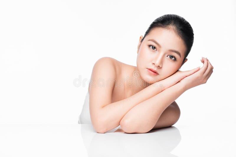 Concetto di cura di pelle e della gioventù Donna asiatica della stazione termale di bellezza con il ritratto perfetto della pelle immagine stock