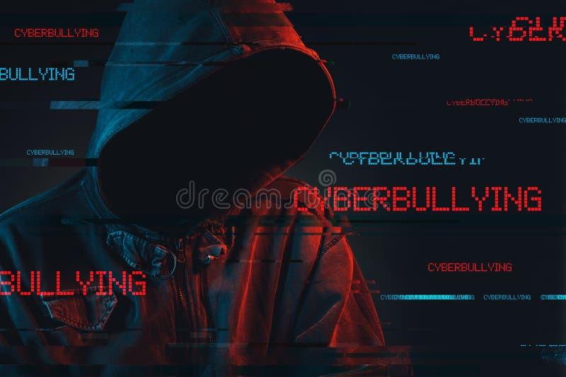 Concetto di cyberbullismo con la persona di sesso maschile incappucciata anonima immagini stock
