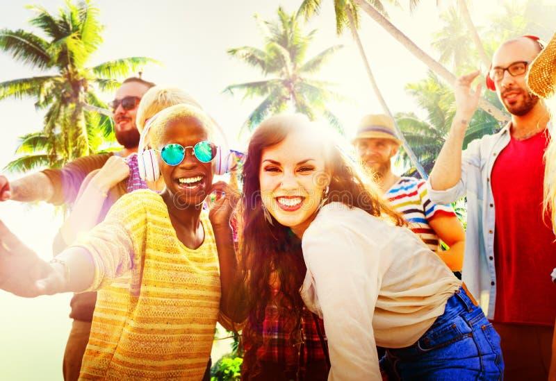Concetto di dancing del partito della spiaggia di estate degli amici immagine stock libera da diritti