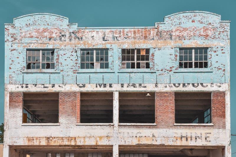 Concetto di decadenza Edificio in rovina, con vernice schizzata, che mostra i bei tempi del passato Gananoque, Ontario, Canada fotografia stock