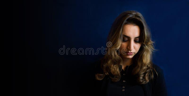Concetto di depressione di una ragazza che guarda giù fotografie stock