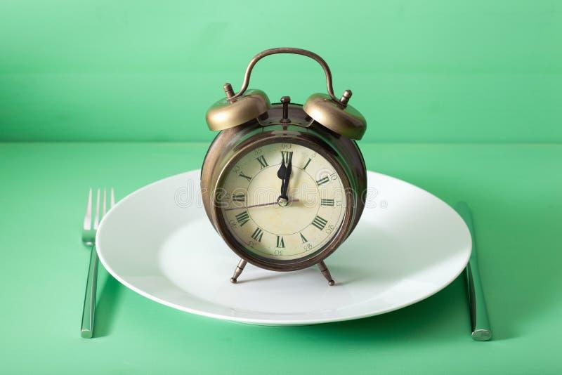 Concetto di digiuno intermittente, dieta ketogenic, perdita di peso sveglia su un piatto fotografia stock
