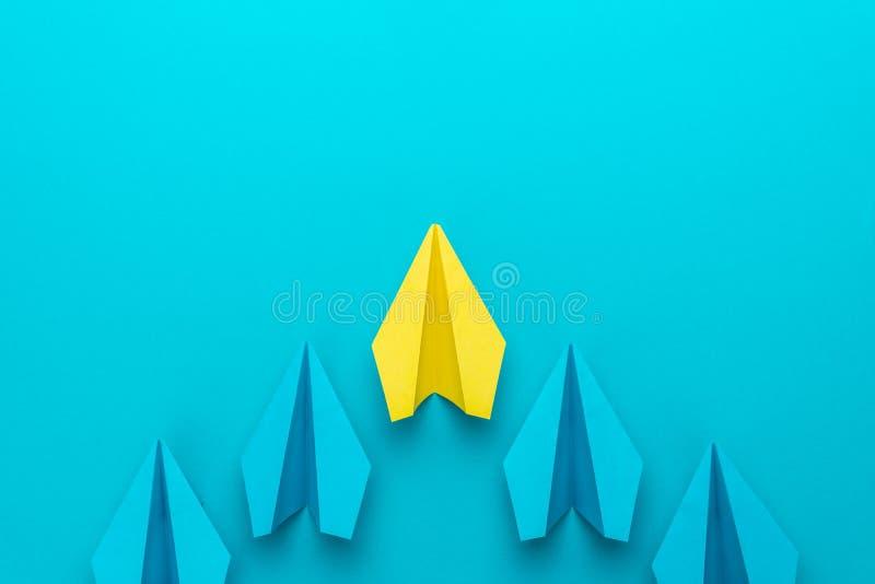 Concetto di direzione con gli aerei di carta sul fondo del blu di turchese e sullo spazio della copia fotografia stock