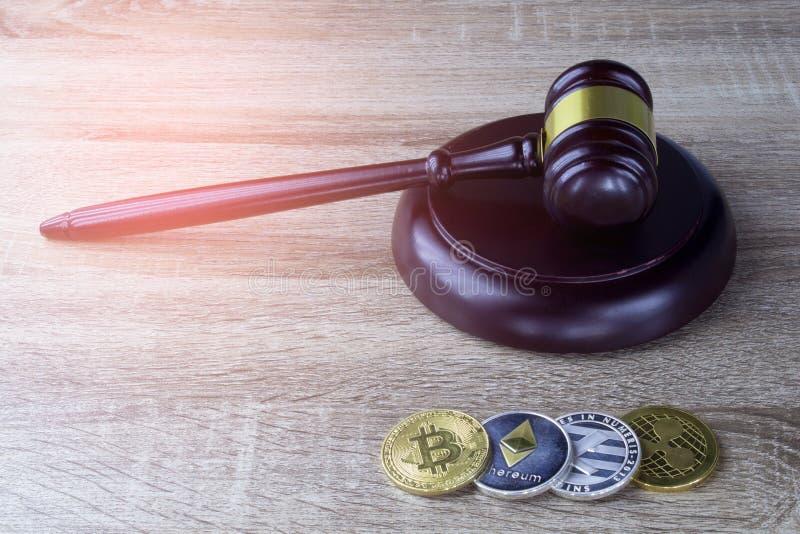 Concetto di diritto finanziario di Digital , martello e moneta di Digital su legno fotografie stock libere da diritti