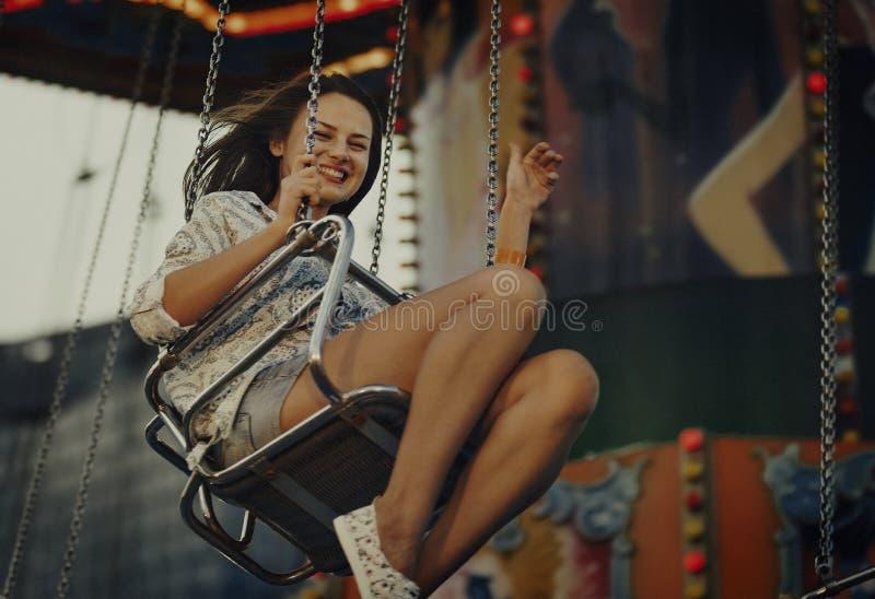 Concetto di divertimento di felicità di guida di giro di carnevale della donna fotografie stock