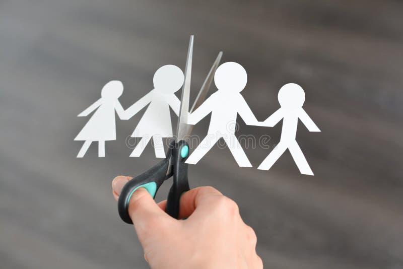 Concetto di divorzio della famiglia con le forme e le forbici di carta umane fotografia stock libera da diritti