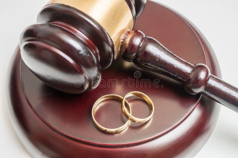 Concetto di divorzio Vista del primo piano sul martelletto e sulle fedi nuziali fotografia stock