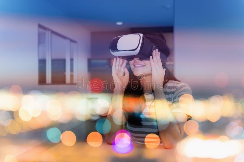 Concetto di doppia esposizione della giovane donna che gioca realtà virtuale g fotografia stock
