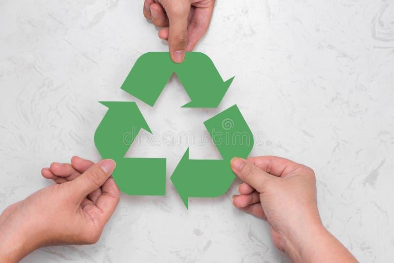 Concetto di Eco La carta ricicla firma dentro le mani fotografia stock libera da diritti