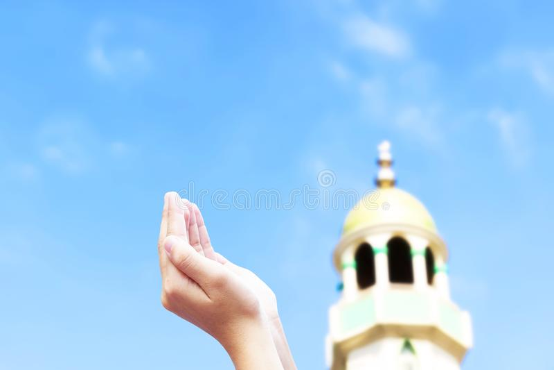 Concetto di Eid al-Qurban dei musulmani: Mano musulmana di preghiera immagine stock