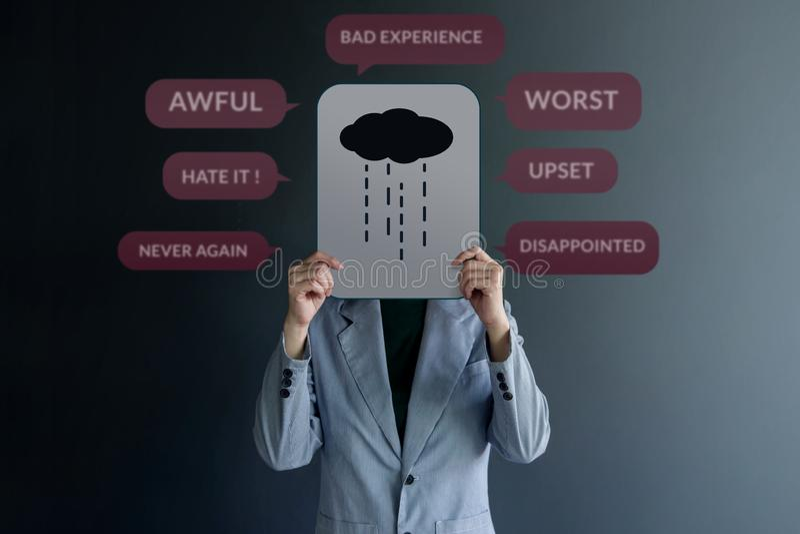 Concetto di esperienza del cliente Condizione del cliente di Uhappy alla parete con il segno di tristezza su carta Circondato dal fotografie stock