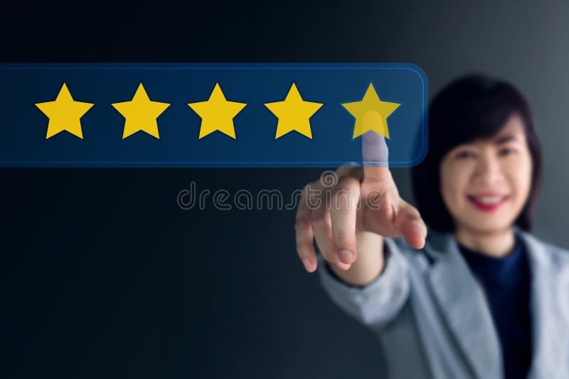 Concetto di esperienza del cliente, donna felice di affari che preme cinque fotografia stock