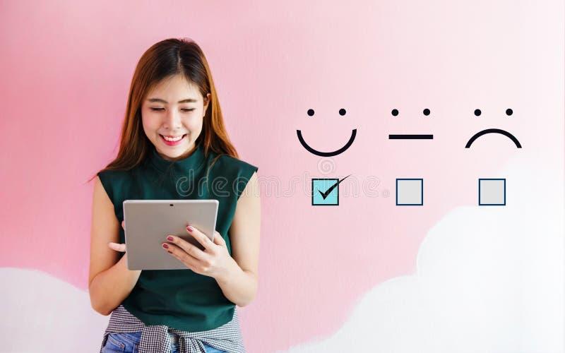 Concetto di esperienza del cliente, donna felice del cliente che giudica digitale immagine stock libera da diritti