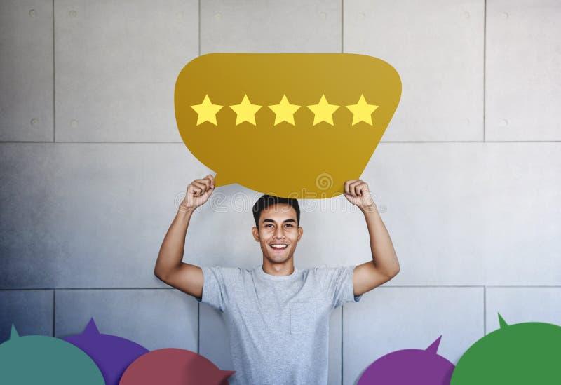 Concetto di esperienza del cliente Giovane con il fronte felice che mostra cinque servizi della stella che valutano soddisfazione immagine stock libera da diritti